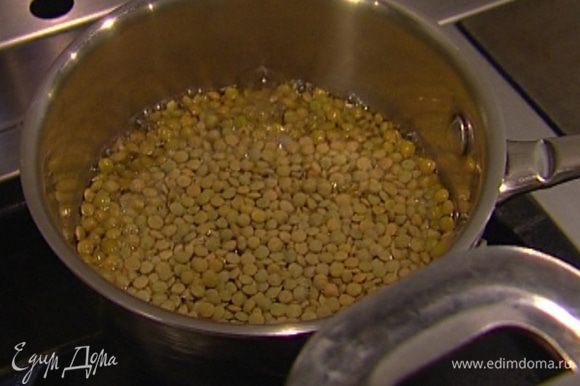 Чечевицу залить холодной водой, добавить лавровый лист и варить до готовности, в конце посолить, слить воду.
