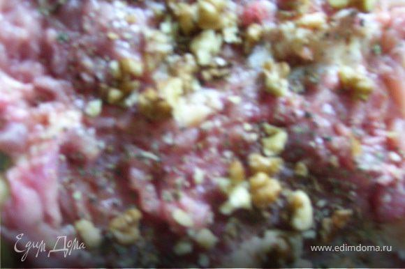 Получившуюся отбивную поливаем соевым соусом и ставим в холодильник на час. Затем обтираем от излишков соуса, натираем солью, перцем, чесноком, посыпаем базиликом. На отбивную укладываем обжаренные заранее грибы, дробленый грецкий орех.