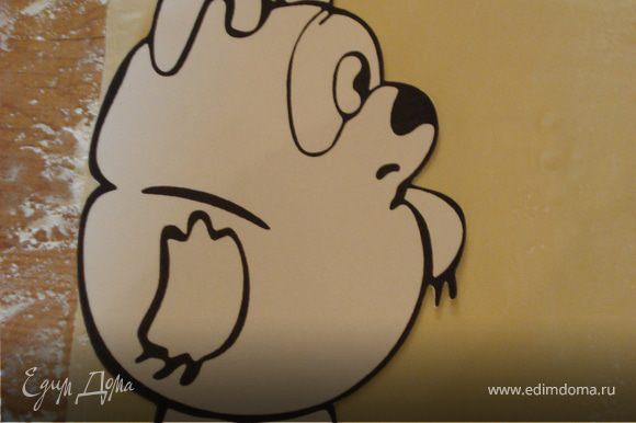 А перед началом работы,мы рисуем Винни Пуха на картоне и вырезаем.Затем прикладываем его на раскатанное тесто и вырезаем.