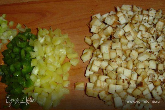 На растительном масле отдельно обжариваем фарш,лук,сладкий перец, очищенные нарезанные кубиками баклажаны.