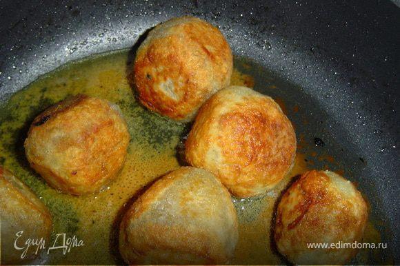 Запанируйте колдуны в муке, обжарьте на масле до образования румяной корочки, затем переложите в жаровню или на противень, залейте грибным отваром и запекайте в духовке 30 –40 минут.