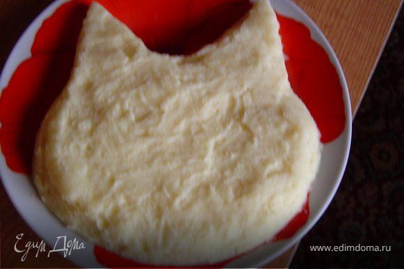 Выложить на тарелку порцию картофельного пюре и придать ему форму головы кота.