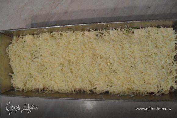 Форму для запекания смажьте маслом. На дно уложите курицу, затем 1/3 заливки, сверху посыпьте кукурузой.Выложите грибы, вылейте треть заливки.Последними выложите стручковую фасоль и оставшуюся заливку.Посыпьте терин зеленью, уложите ломтики плавленого сыра, сверху посыпьте тертым на мелкой терке сыром (оставшиеся 50гр.).