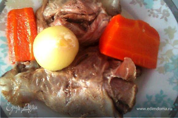 Нашинкованную крупными кусками морковь и корень сельдерея/петрушки припекаем без масла с двух сторон на раскаленной сковороде. Выкладываем в кастрюлю с нашим будущим холодцом, добавляем лук (не очищенный (в шелухе), дабы придать бульону приятный цвет), перец горошком, соль (холодец имеет странное свойство - при застывании становится менее соленым... Советую учесть это заранее и посолить побольше) На максимальном огне доводим до кипения и варим на среднем огне около 40-50 минут. Добавляем лавровый лист и варим еще 10 минут.