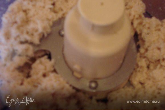 Измельчаем лук, грибы и обжариваем на растительном масле.Отвариваем курятину и измельчаем в блендере.
