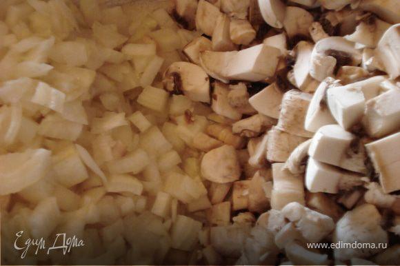 Ножки грибов измельчаем, также измельчаем лук и обжариваем на растительном масле.