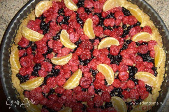 На готовый корж выложить ягоды. По рецепту, указанному на пакетике приготовить желе (вместо сиропа можно использовать варенье) и залить ягоды до краев тортика. Оставить на холоде на 2 часа, чтобы желе застыло. Торт готов.