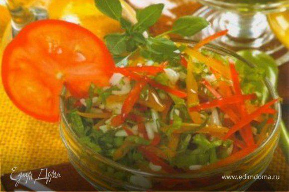 Такой салат будет особенно эффектно смотреться в прозрачных креманках.Разложите салат по креманкам и украсьте его дольками помидоров и зеленью. Приятного аппетита!