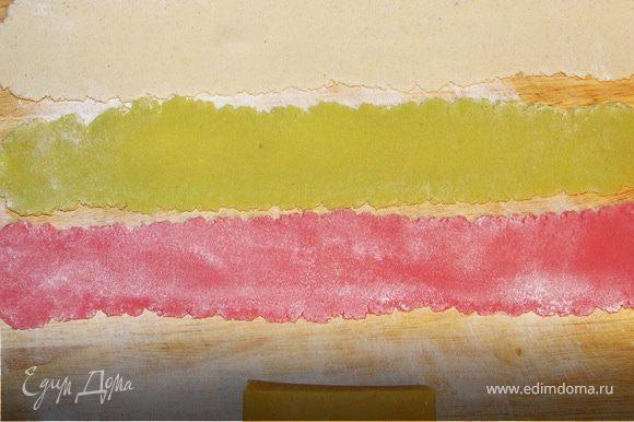 Цветной марципан раскатать на доске и собрать из него обёртку нужной нам длины и ширины.