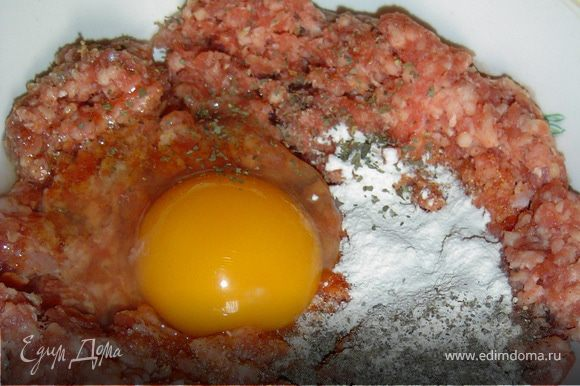В фарш добавляем сухой лук, сухой чеснок, перец, соль, сухой укроп, яйца, и хорошенько вымешиваем.