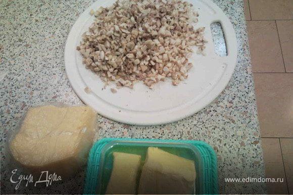 Подготовка начинки №1: Обжариваем мелкопорезанные грибы на сливочном масле,солим, перчим, добавляем петрушку и потертый сыр.