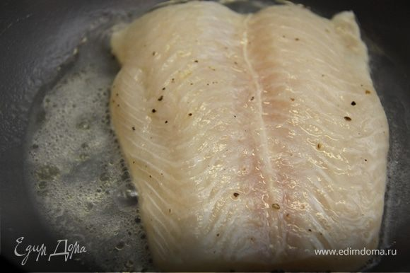 12. Капаем в холодную сковородку немного кунжутного масла(рафинированного) и укладываем пангасиуса, накрываем крышкой. Рыба должна приготовиться в собственном соку в течении 10 минут, на небольшом огне. Переворачиваем через 5 минут, и вливаем остатки маринада. Рыба готовится быстро. 10 минут вполне достаточно!