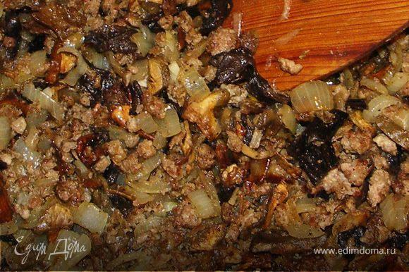 Пока тесто зреет,готовим начинки. Грибы замачиваем в холодной кипячёной воде.На топлёном масле обжариваем последовательно фарш,лук,грибочки(отжатые и нарезанные).Солим и перчим.