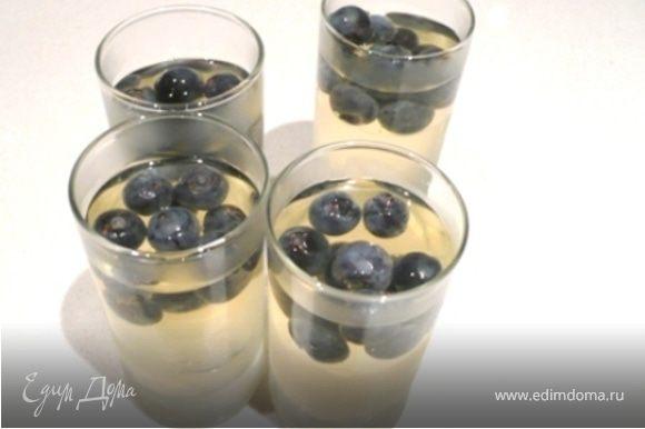 Половину жидкости разлить по рюмкам. Добавить половину ягод. Поставить в холодильник. Когда застынет, залить сверху остальную жидкость. И снова поставить в холодильник.