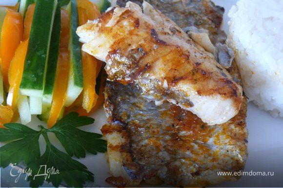 Подать с рисом и овощами.Вкусно даже БЕЗ лимона)))