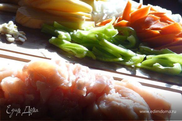 На сковороде поджарить полоски мяса до светло-золотого цвета. Вынуть. Теперь полоски картофеля и морковки до золотистого цвета. Вынуть. Положить лук, чеснок и натертый имбирь и на растительном масле 2 минуты подержать, вернуть мясо и залить молоком. Протушить минут 10 и добавить овощи и нарезаный полосками болгарский перец. Приправить специями и потушить еще минут 5. Подавать.
