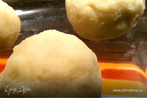 Отвариваем картофель в мундире. Остужаем, чистим, натираем на терке. Добавляем молоко, яйцо, соль, можно лучлк зеленый. Смешиваем миксиром. В итоге почти пюре получается. Делаем руками лепешечки, в серединку кладем начинку и скатываем шарики. Начинка: творожный сыр, отварная курочка, кукуруза. Посыпаем тертым сыром, ставим духовку, чтобы расплавился сыр.