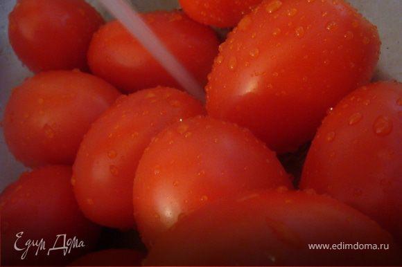 помидоры вымыть, обсушить. Разрезать на половины и четвертинки (если крупные). Вынуть семена. Разложить на противни застеленные фольгой и смазанные оливковым маслом. Присыпать солью.