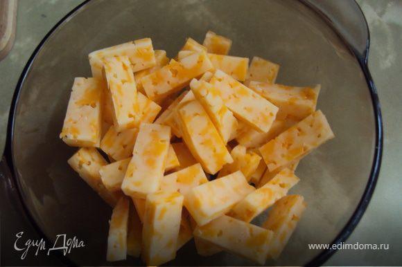 Сыр нарезаем соломкой, а чеснок раздавливаем в чеснодавке.