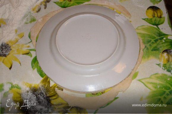 Замешиваем тесто. Используя перевернутую тарелку как форму, вырезаем большие кружки.