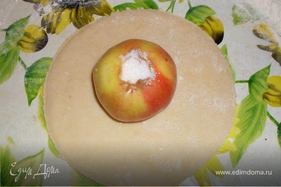 Вместо удаленной яблочной сердцевины заполняем яблоко смесью сахара,масла и корицы.