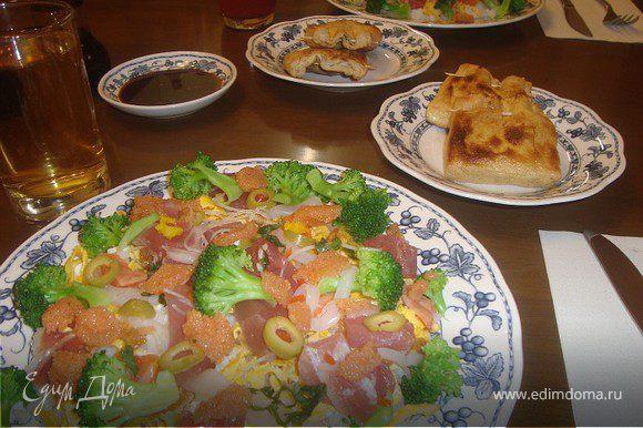 Выкладываем на тарелки слоями: 1 слой - рис, 2 слой - омлет... старайтесь раскладывать по краям тарелки тоже, а не только посередине))), 3 слой -рыба, 4 слой - огурец, 5 слой - в центр выкладываем икру... соевый соус ставим на стол и каждый поливает уже по вкусу:)) я люблю смешивать соевый соус с хреном васаби... :))
