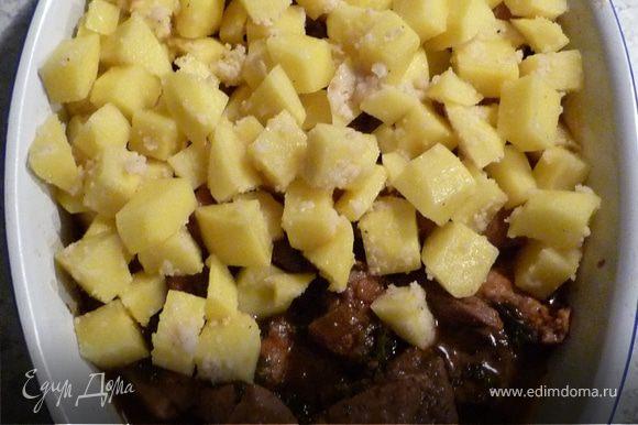 Гуляш выложить в форму для запекания, сверху - картофель и запекать 20 мин. Посыпать хлопьями сливочного масла и еще запечь в течение 10 мин.
