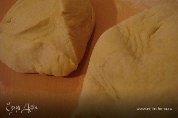 Для замеса теста в хлебопечке: в стакане тёплой воды развести сухое молоко,добавить дрожжи,яйца и перемешать. Вылить в контейнер хлебопечки. Всыпать муку,соль,сахар (4 ст.л.) и размягченный маргарин (порубить ножом на кусочки). Поставить хлебопечку на замес теста (у меня 1 ч.30 мин. с учетом расстойки теста). Тесто должно быть эластичное,блестящее и мягкое,но в тоже время не липнуть к рукам. Если получается слишком мягкое и липнит к стенкам при замесе-добавляйте понемногу муки, если слишком крутое-воды чуточку добавить необходимо. В итоге тесто поднялось у меня в два раза. При замесе руками: муку просеять и высыпать в миску, добавить дрожжи и перемешать. Добавить яйца и маргарин. В воде развести молоко сухое и добавить в муку+сахар и соль. Тщательно вымесить тесто пока оно не перестанет липнуть к рукам. Накрыть тесто влажным полотенцем и поставить на расстойку (подходить в смысле) в теплое место на час. После подъема теста разделить его пополам и раскатать обе половинки в пласты толщиной 1 см.