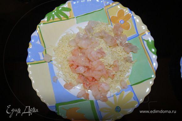 Сыр натереть на тёрке,нарезать креветки,измельчить зубчик чеснока,добавить майонез.Перемешать.Выложить на ананас.Украсить