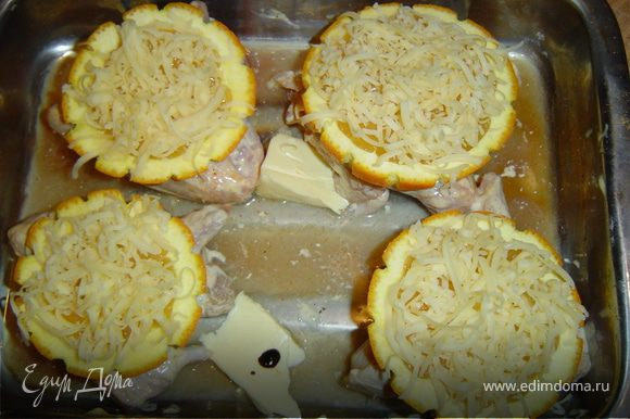Апельсины посыпаем тертым сыром. На противень кладем масло и немного соевого соуса,и отправляем запекаться в разогретую до 180 гр. духовку до готовности.