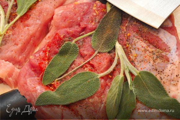 2. Braciola di maiale. Следующий экспромт – это «Свиная удалая», не спрашивайте, почему так назвал, наверно с голодухи. Два куска свиной мякоти надо отбить, сделать небольшие надрезы, сдобрить солью, перцем, паприкой и вдавить в каждый кусок листья свежего шалфея. Теперь чуток смажем сковородку маслом и положим отбивные шалфеем вниз обжариваться, затем обжарим с другой стороны и, убавив огонь, доведем «удалую» до готовности.