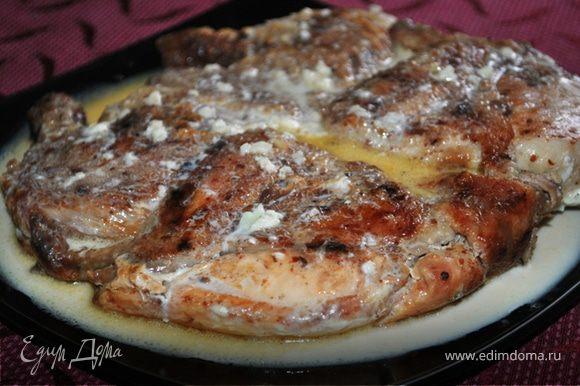Поставить в нагретую до 220 гр. духовку на 5-10 минут. Выложить цыпленка на блюдо, полить соусом и подавать. Смачного!