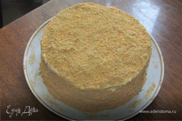 Мед растереть с сахаром и яйцами, добавить масло и гашеную соду. Поставить на слабый огонь или водяную баню и мешать до полного растворения и получения однородной массы. Дать массе немного остыть и частями всыпать просеянную муку. Вымесить гладкое тесто. Скатать в колбаску и разделить на 8 равных частей. Испечь 8 коржей. Выпекать при 180 градусах минут 5 (смотреть по готовности, коржи очень тонкие и пекутся быстро, не надо их передерживать и пересушивать, как только корж начал румяниться, его можно вынимать). Каждый готовый корж пока он еще горячий ровно обрезать с помощью тарелки нужного Вам диаметра. Обрезки пойдут на украшение нашего торта. Сделать крем: взбить сметану с сахаром и яичным белком. Обильно промазать каждый корж кремом. Оставшиеся обрезки отправить опять в духовку и дать им хорошо зарумяниться, затем измельчить их в крошку с помощью блендера и обсыпать наш торт. Дать торту пропитаться при комнатной температуре часов 5. И можно наслаждаться чаепитием.
