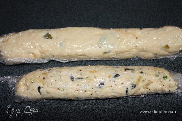 Полученый сырный соус разделить на две части. В одну добавить паприку, каперсы, измельченный репчатый лук(оставшуюся часть). В другую - обжареные маслины со специями. Хорошо перемешать. На стол постелить пищевую пленку. Выложить смесь и завернув в пленку сформировать колбаску. Тоже самое сделать со второй смесью.