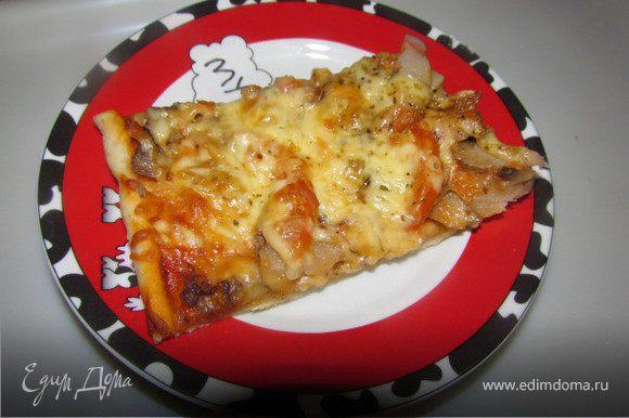Добавить орегано, базилик и отправить запекаться минут на 20 при 180-190 градусах. Готовую пиццу посыпать тертым Пармезаном.