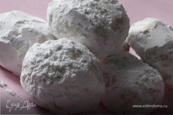 """Готовые """"шарики"""" охладить в течение 5 мин. и щедро обвалять в сахарной пудре. Приятного аппетита!:)"""