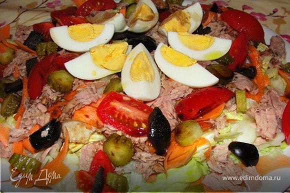 Сверху сбрызгиваем ещё раз наш готовый салат оливковым маслом и бальзамическим уксусом, солим и перчим. Приятного аппетита!