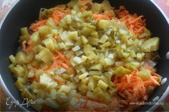 Разобрать мясо, а в бульон положить вариться картофель (можно целыми картофелинами). Пока картофель варится, готовим овощи для поджарки.