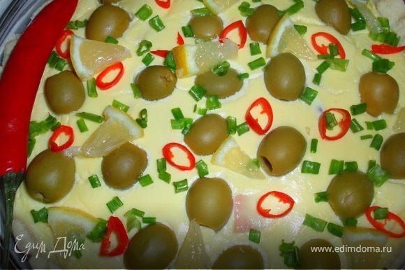 Посыпаем пирог порезанным тоненькими кольцами перцем чили, зеленым луком. И украшаем дольками лимона.