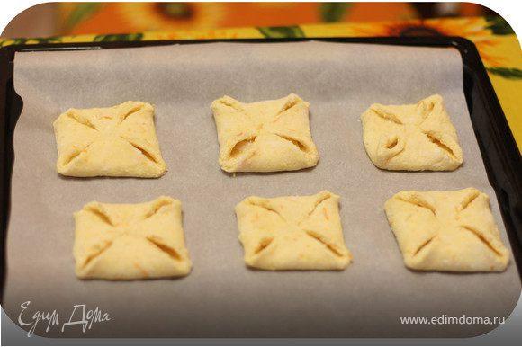 Противень застелить бумагой для выпечки или смазать маслом. Выложить конвертики. Поставить в разогретую до 180 градусов духовку. Выпекать в течение 20-25 минут.