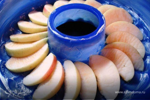 нежно перемешать, ввести белки. Форму смазать маслом, дно выложить дольками яблок.