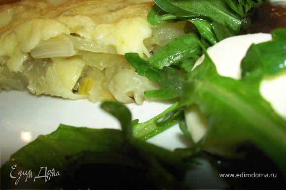 Подать можно с легким салатом из рукколы с маслинами и моцареллой.