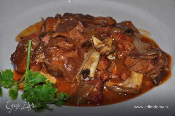 Соус кипятите в сотейнике 2-3 минуты. Добавьте соус в мясо и овощи. Закройте крышкой и доведите до кипения. Во время кипячения перемешайте мясо 1-2 раза. Блюдо готово! Подавайте с отварным картофелем или макаронами, украсив зеленью. Bon appétit!