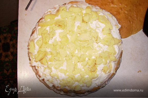 Следующий слой крема, а сверху крошки бисквита.Между слоями прокладываем порезанный банан.