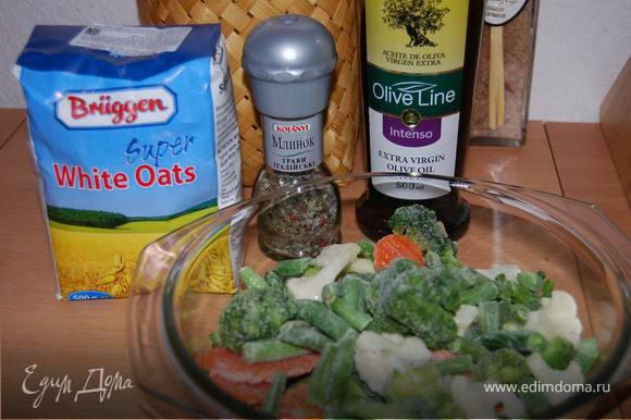 К овощам добавляем немного воды (30-40мл.), 1-2 ст.л. оливкового масла и готовим в СВЧ-печи 7 минут на высокой мощности, затем добавляем специи (чем больше, тем вкуснее),можно сушеную паприку, морскую соль. И готовим на средней мощности еще 7 минут.