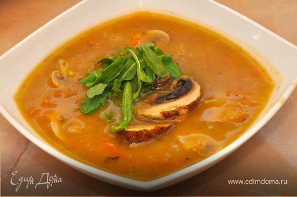 Томим наш суп минут 15, периодически помешивая, после чего снимаем с огня и даем настояться 20-30 минут под крышкой. Теперь разливаем по тарелкам наш ароматный суп, поверх выкладываем крупные дольки грибов и украшаем рукколой или базиликом. Приятной вам трапезы!