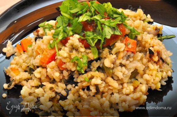 Готовый булгур с овощами выкладываем на тарелку горкой, как плов, и украшаем зеленью. Подаем вместе с нашим свежим салатом, можно также подать к столу немного домашних солений, это хорошо сочетается. Приятной вам трапезы!