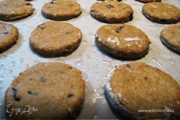 Переложить печенье на противень со смазанным маслом пергаментом. Выпекать в духовке при 180 градусах 20-25 минут.