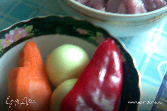 Мясо нарезаем небольшими кусочками и обжариваем ,после добавить овощи нарезанные крупными долями.