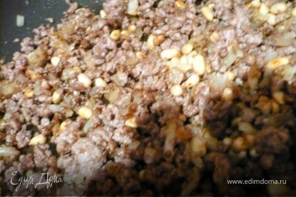 """НАЧИНКА: На сухой сковороде чуточку подрумянить кедровые орешки. Переложить их в пиалку. В той же сковороде обжарить лук до мягкости и переложить его к орешками. В той же сковороде обжарить мясо до коричневого цвета. Добавить специи и соль. Фарш соеденить с орешками и луком, перемешать и остудить. Кстати, вместо комбинации специй """"Baharаt"""" из Ливана, можете попробовать """"Baharat"""" из Египта. В моей """"Лавке специй"""" Вы найдете рецепт: http://www.edimdoma.ru/recipes/19259"""